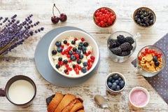 Requesón con las bayas, el yogur y los copos de maíz Foto de archivo libre de regalías