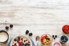 Requesón con las bayas, el yogur y los copos de maíz Copie el espacio Fotos de archivo