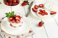 Requesón delicioso y sano del desayuno con el yogur y las fresas frescas Fotografía de archivo