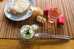 Requesón, pan, ajo y pimienta imagenes de archivo