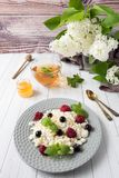 Requesón ruso con las bayas, menta de la miel, foco selectivo, desayuno sano Foto de archivo