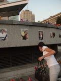 Requiem voor de slachtoffers van vlucht MH17 Een meisje legt een bloem naast de foto van slachtoffer van tragedie Stock Afbeelding
