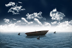 Requins entourant le petit bateau en mer Images stock