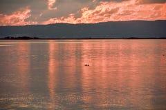 Rereflexion bei Sonnenuntergang auf der Lagune lizenzfreie stockfotografie