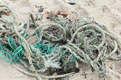 Resíduos das cordas e das redes na praia de Sylt fotos de stock