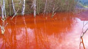 Resíduos de cobre da mineração em um lago vídeos de arquivo