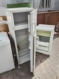 Resíduos perigosos - descarga dos refrigeradores fotos de stock