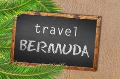 Resa den Bermuda palmträd och svart tavla på den sandiga stranden Royaltyfria Foton