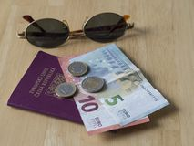 Resa den södra Europa - den fem och tio euro banken räkningen och två och nollan Royaltyfri Bild