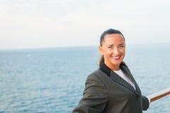 Resa för affär Sinnligt kvinnaleende på skeppbräde på det blåa havet Kvinna i affärsomslag på shipboard i miami, USA Fashi Arkivfoto