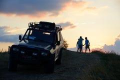 Resa in i bergen med bilen Royaltyfri Foto