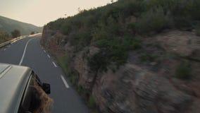 Resa i liten japansk skåpbil i berg lager videofilmer