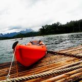 Resa i Thailand med det orange fartyget på floden Royaltyfri Fotografi