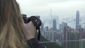 Resa kvinnan som fotograferar Hong Kong stadspanorama medan loppsemester Turist- kvinna som tar fotostadspanorama arkivfilmer