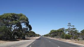 Resa längs den Eyre huvudvägen över de Nullarbor slättarna Royaltyfria Foton