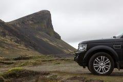 Resa med av bilen för väg 4wd i Island Arkivbild