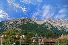 Resa med bussen i italienska fjällängar - liten alpin stad högt i berg Arkivfoton