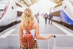 Resa med drevet, kvinnapassagerare med resväskan royaltyfri bild
