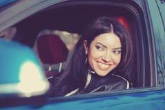 Resa med gyckel Lycklig kvinna som tycker om vägtur i hennes nya bil royaltyfri bild
