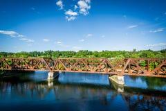 Resa med tåg bron över den Merrimack floden, i Hooksett, nya Hamps Royaltyfri Fotografi