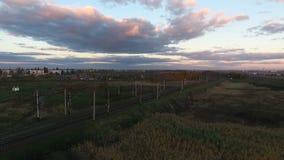 Resa med tåg fågelperspektivet, järnvägen i landet, surret som tar av över järnvägar lager videofilmer
