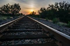 Resa med tåg in i solnedgången Fotografering för Bildbyråer