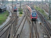 Resa med tåg infrastruktur för gods och passageraretrans.system arkivbilder