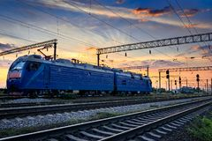 Resa med tåg infrastruktur under härlig solnedgång och färgrik himmel, drev och vagnar, trans. och det industriella begreppet Royaltyfria Bilder