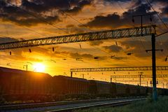 Resa med tåg infrastruktur under härlig solnedgång och färgrik himmel, railcaren för torr last, trans. och det industriella begre Royaltyfri Fotografi