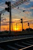 Resa med tåg infrastruktur under härlig solnedgång och färgrik himmel, railcaren och trafikljus, trans. och industriell concep Royaltyfri Fotografi