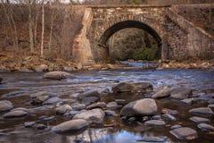 Resa med tåg tressel över den reflekterande och grunda Lehigh floden i sen höst Fotografering för Bildbyråer
