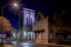 Resa med tåg bussgaraget i Salisbury NC som fotograferas på natten; Fotografering för Bildbyråer