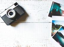 Resa modellen med foto, och lägger lägenheten för den bästa sikten för kameran på trävit bakgrund fotografering för bildbyråer