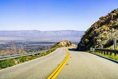 Resa in mot Coachella Valley till och med Santa Rosa och San Jacinto Mountains National Monument, södra Kalifornien, söder royaltyfria foton