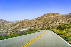 Resa in mot Coachella Valley till och med Santa Rosa och San Jacinto Mountains National Monument, södra Kalifornien, söder royaltyfri foto