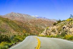 Resa in mot Coachella Valley till och med Santa Rosa och San Jacinto Mountains National Monument, södra Kalifornien, söder royaltyfri fotografi