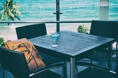 Resa påsen för män på en stol i coffee shop Royaltyfria Foton
