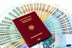 Resa pengar som en pengarfan av euroanmärkningar Arkivfoto