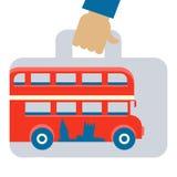 Resa resväskan med bild av av den röda dubbeldäckarebussen Arkivfoto