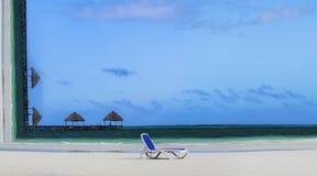 Resa resväskan med seascapeinsida Begreppsmässig bild av den tropiska stranden med vardagsrumstol på sand- och solparaplyer på ba Royaltyfri Bild