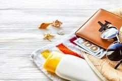 Resa resväskan med seascapeinsida färgrik handduk, hatt, pass med pengar arkivfoto