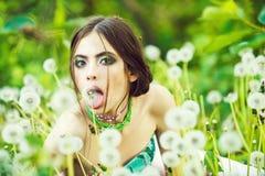 Resa resväskan med seascapeinsida Skönhet danar ståenden ung kvinna med trendig makeup och pärlor i gröna sidor Royaltyfri Fotografi