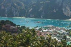 Resa semesterbakgrund - den tropiska ön med semesterorter - Phi-Phien ön, det Krabi landskapet, Thailand Royaltyfria Bilder