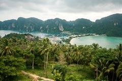 Resa semesterbakgrund - den tropiska ön med semesterorter - Phi-Phien ön, det Krabi landskapet, Thailand Arkivfoto