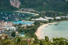Resa semesterbakgrund - den tropiska ön med semesterorter - Phi-Phien ön, det Krabi landskapet, Thailand Arkivbilder