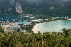 Resa semesterbakgrund - den tropiska ön med semesterorter - Phi-Phien ön, det Krabi landskapet, Thailand Royaltyfri Bild