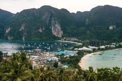 Resa semesterbakgrund - den tropiska ön med semesterorter - Phi-Phien ön, det Krabi landskapet, Thailand Royaltyfria Foton