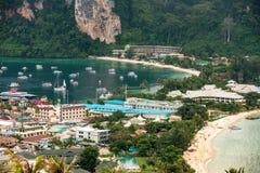 Resa semesterbakgrund - den tropiska ön med semesterorter - Phi-Phien ön, det Krabi landskapet, Thailand Fotografering för Bildbyråer