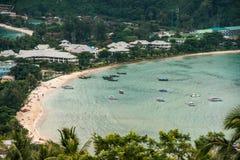 Resa semesterbakgrund - den tropiska ön med semesterorter - Phi-Phien ön, det Krabi landskapet, Thailand Arkivfoton