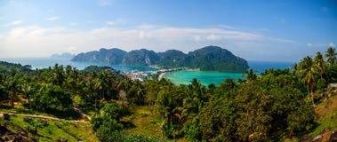 Resa semesterbakgrund - den tropiska ön med semesterorter - Phi-Phien ön, Thailand Royaltyfria Foton
